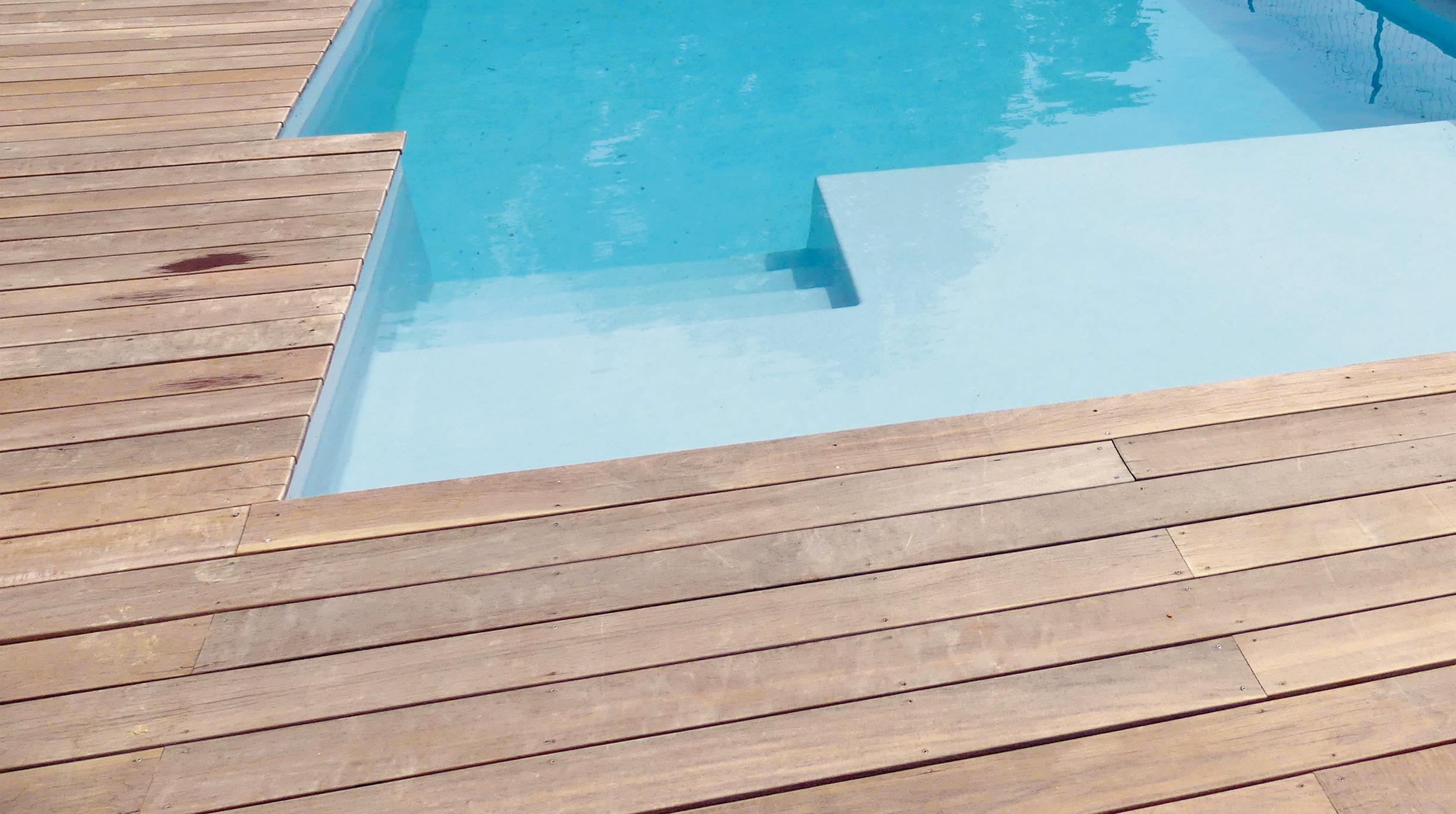 revetement-bois Comment choisir le revêtement autour de sa piscine ?